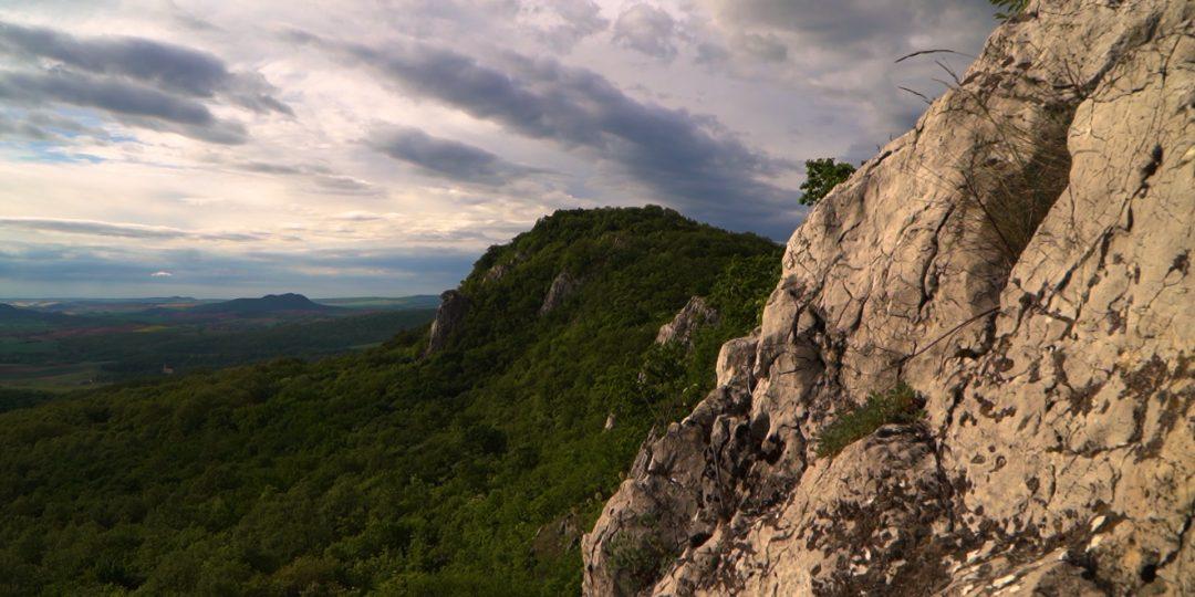 Pazar kilátás a bajóti Öreg-kő gerincről|Meredek sziklák és hűs barlangok